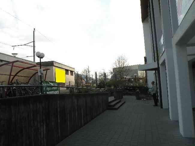 352 Bahnhof Ladeli Fussganger