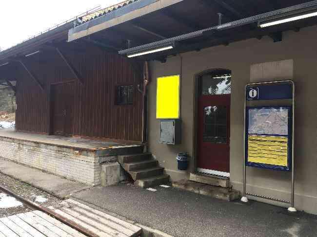 591 Bahnhof Perron Geleisseite