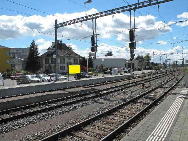240 B01 Bahnhof Gleis 1 Parkplatz
