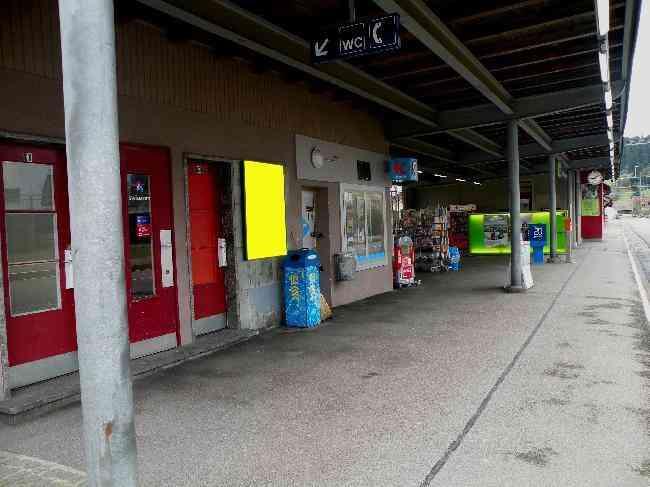 93 Bahnhof Wartebereich Kiosk